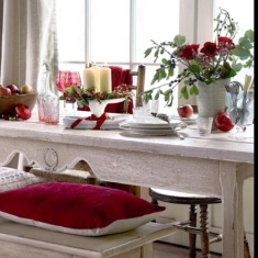 Simple green & red theme for your dining table